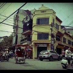 Photo taken at Bia Hơi Corner by Tuan B. on 4/12/2012