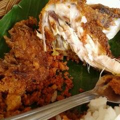 Photo taken at Bebek Goreng Kremes 'Monggo' by Yulita F. on 6/17/2012