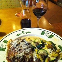 Photo taken at Olive Garden by Shannon D. on 8/19/2012