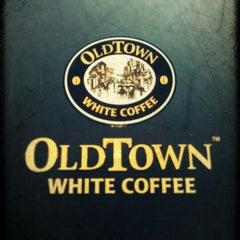 Photo taken at OldTown White Coffee by Reubin F. on 6/21/2012
