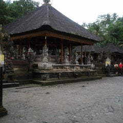 Photo taken at Pura Tirta Empul (Tirta Empul Temple) by Agung ʕᵔᴥᵔʔ D. on 7/15/2012