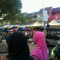 Photo taken at Pasar Malam TTDI by Adrys S. on 3/4/2012