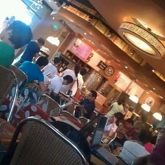 Photo taken at The Coffee Bean & Tea Leaf by Ayan D. on 8/14/2011