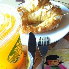 Photo taken at Starbucks (สตาร์บัคส์) by Anurak K. on 2/23/2012