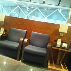 Photo taken at エアポートラウンジ - 羽田空港 第1旅客ターミナル 南 by Yusuke K. on 9/1/2011