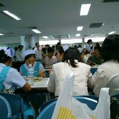 Photo taken at ศูนย์อาหารรามาธิบดี (Rama Food Center) by Supanat E. on 8/16/2012