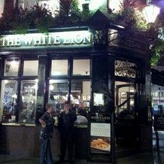 Photo taken at White Lion (Nicholson's) by alon g. on 10/10/2011