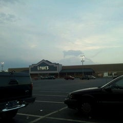 Photo taken at Lowe's Home Improvement by @KFTheTruth√ on 8/14/2011