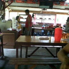 Photo taken at Rumah Makan Juma Jambu by Natan N. on 3/21/2012