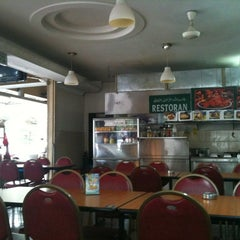 Photo taken at Restoran Anma & Uncle JJ by Jake L. on 5/24/2011