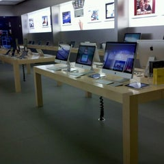 Photo taken at Apple Store, Brandon by George K. on 9/1/2011