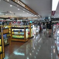 Photo taken at JDC Duty Free (JDC 면세점) by 은지 이. on 7/25/2012