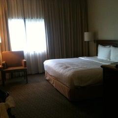 Photo taken at Holiday Inn Singapore Atrium by Heidi J. on 7/4/2012