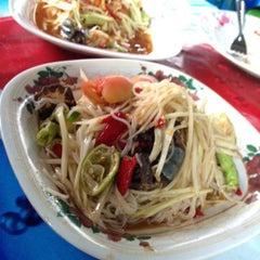 Photo taken at ส้มตำ ร้านส้มตำเจ๊ไหม by Piggypuff G. on 5/22/2012