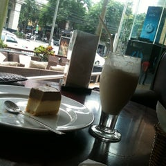 Photo taken at Highlands Coffee by hoangtai n. on 9/29/2011