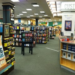 Photo taken at Barnes & Noble by 鄭 鎭赫 on 8/10/2011