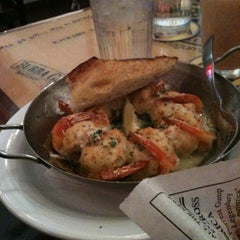 Photo taken at Bubba Gump Shrimp Co. by Veronica H. on 2/17/2011