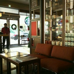 Photo taken at Starbucks by Yoonsuh K. on 12/4/2011