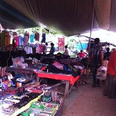 Photo taken at กาดติ๊ด ตลาดนัดวันอาทิตย์ (Sunday Market) by 🎄🎅 Nu.Boom 🎅🎄 on 7/1/2012