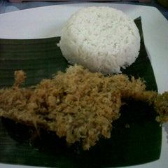 Photo taken at Bebek Kremes Sambal Gledek by Shanti J. on 7/31/2012