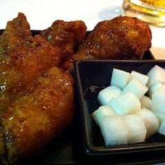 Photo taken at BonChon Chicken (บอนชอน ชิคเก้น) 본촌치킨 by Pinku N. on 1/7/2012