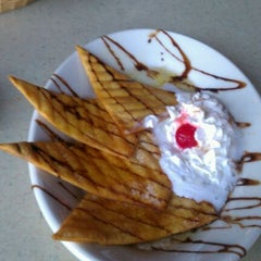 Photo taken at La Parrilla Mexican Restaurant by Yolee B. on 10/23/2011