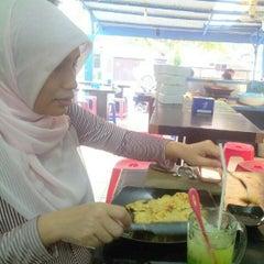 Photo taken at Kedai Mendoan by Fakhrul R. on 9/2/2012