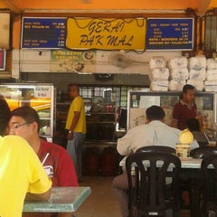 Photo taken at Restoran Pak Mal Nasi Ayam by Azlie J. on 5/9/2012