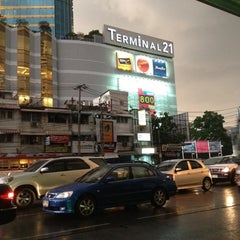 Photo taken at แยกอโศก (Asok Intersection) by 🍸waew👻 ✨. on 5/14/2012