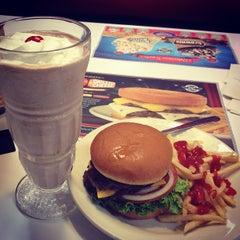 Photo taken at Steak 'n Shake by Tong Y. on 4/2/2012