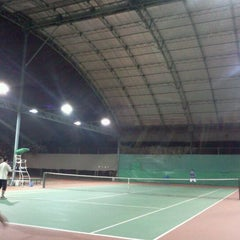 Photo taken at Văn Thánh Tennis Court by Phuong Anh D. on 12/20/2011