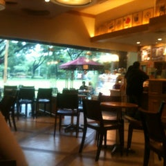 Photo taken at The Coffee Bean & Tea Leaf by Jay B. on 7/3/2012