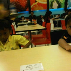 Photo taken at MM Juice, Lt 3 Mall Pekanbaru by Yura D. on 8/13/2011