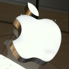 Photo taken at Apple Store, Carrousel du Louvre by Romario on 7/15/2012