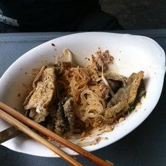 Photo taken at แซว ก๋วยเตี๋ยวหมู (Saew Noodle Shop) by ปลาวาฬ เ. on 6/30/2012