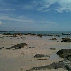 Photo taken at ชายหาดหัวหิน (Hua Hin Beach) by Notty ก. on 4/19/2012