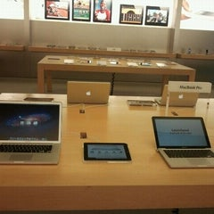 Photo taken at Apple Store, The Falls by Edwin B. on 10/6/2011