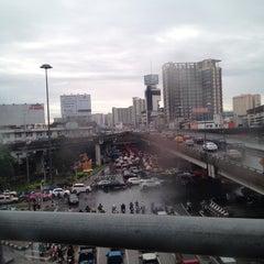 Photo taken at ทางคู่ขนานลอยฟ้าบรมราชชนนี (Borommaratchachonnani Elevated Highway) by PellE on 8/31/2012