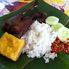 Photo taken at Bebek Ireng Suroboyo  Cak Baz by Bayu T. on 6/1/2011