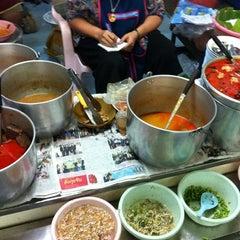 Photo taken at ขนมจีน@ตลาดแม่กิมเฮง by สุรศักดิ์ ก. on 10/5/2011