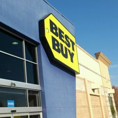 Photo taken at Best Buy by Shiu S. on 12/7/2011