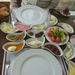 Photo taken at Meşhur Tavacı Recep Usta by ozi o. on 4/22/2012