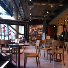 Photo taken at Starbucks by Gaes E. on 12/22/2011