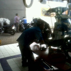 Photo taken at Suzuki Ciledug by Teguh R. on 2/18/2012