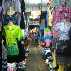 Photo taken at ตลาดบ้านแพ้ว by Sophon M. on 4/10/2011