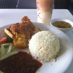 Photo taken at Mr Teh Tarik Eating House by Ace A. on 5/24/2012