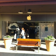 Photo taken at Apple Store, Corte Madera by pauline p. on 2/18/2012