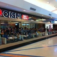 Photo taken at Oishi Buffet (โออิชิ บุฟเฟ่ต์) by Howard W. on 12/30/2010