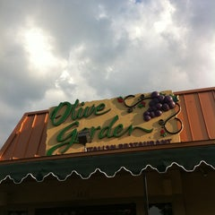 Photo taken at Olive Garden by Frances on 9/10/2011