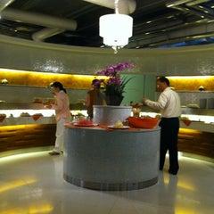 Photo taken at Louis' Tavern CIP Lounge by peng on 4/27/2012